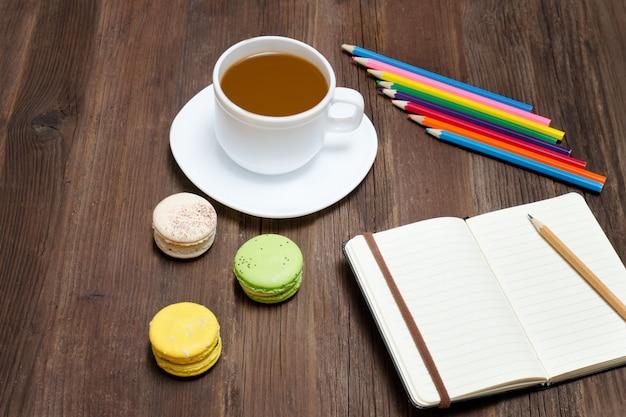 コーヒーマグ、マカロン、色鉛筆、ノート