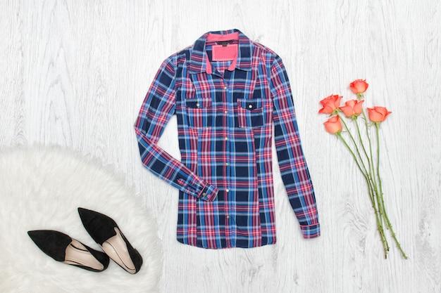市松模様のシャツ、靴、バラのブーケ