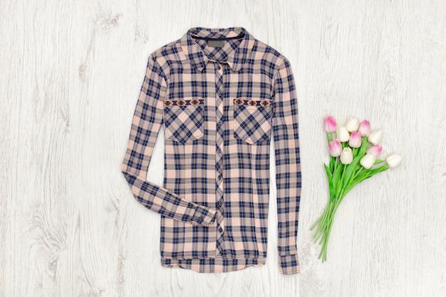 市松模様のシャツとチューリップのブーケ