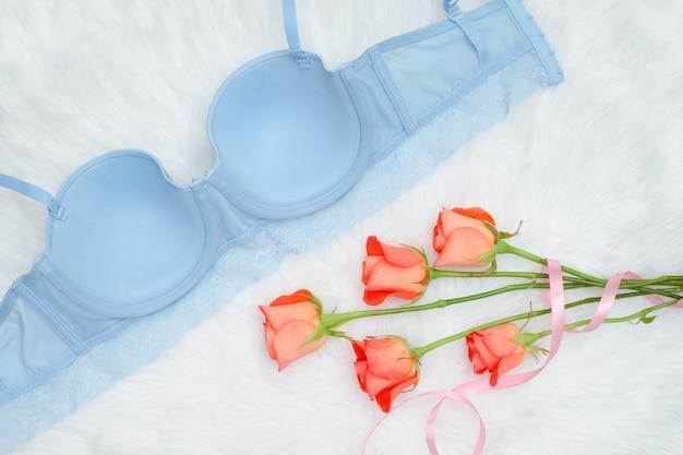 白い毛皮とオレンジ色のバラのレースと青い胴着の内側。