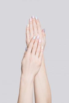 Женские руки с нежным маникюром
