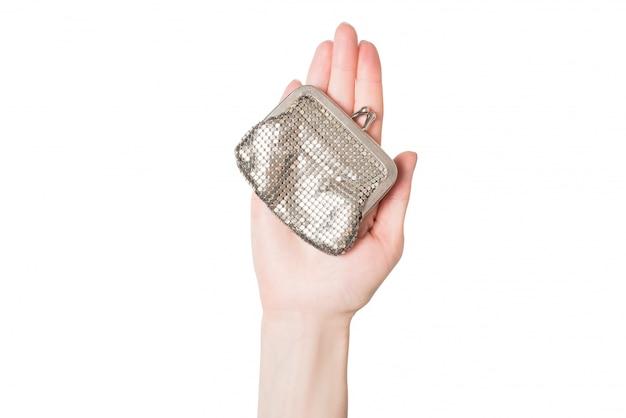 女性の手のひらの分離に金属製の財布
