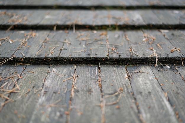 Старая крыша из серых деревянных планок. закрыть