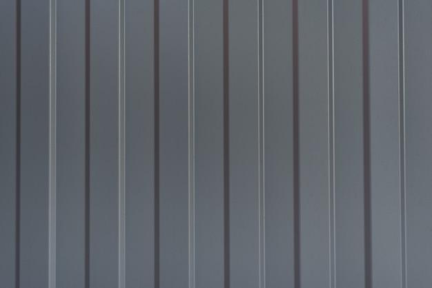 灰色の金属フェンス段ボール。閉じる