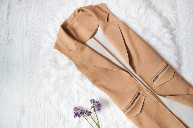 白い毛皮の袖なしの茶色のジャケット。閉じる。ファッショナブルなコンセプト