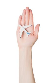 分離された女性の手のひらに旅客機。安全なフライトの概念