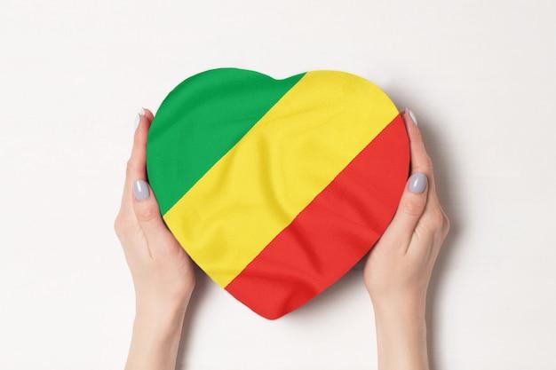 女性の手でハート形のボックスにコンゴ共和国をフラグします。