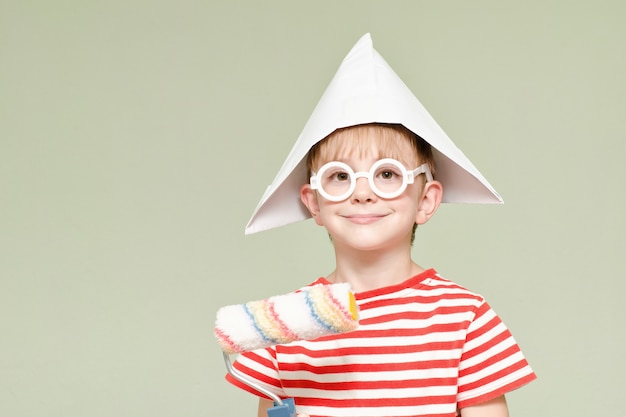 Мальчик в бумажной шапке с валиком