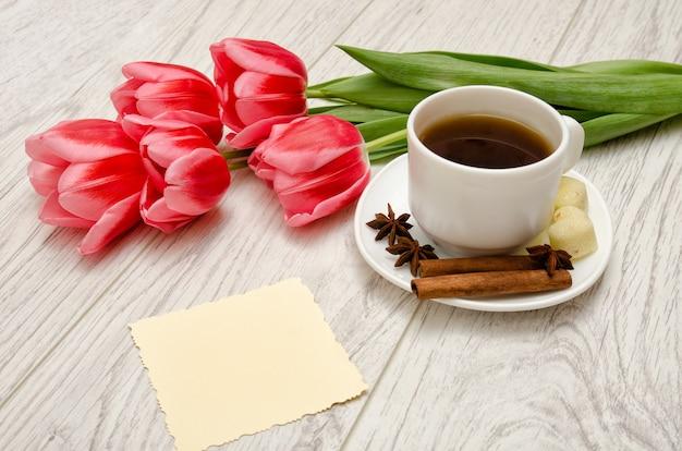 Кофейная кружка со специями, чистая нота, розовые тюльпаны