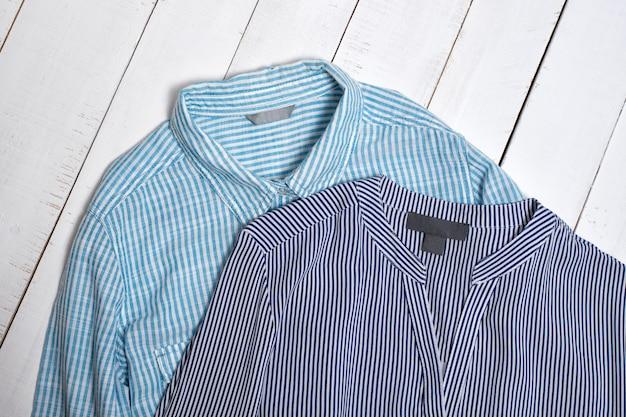 青い縞模様のコットンシャツのラベル。ファッションのコンセプト。閉じる
