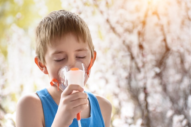 学齢期の少年は自宅で吸入します。防止