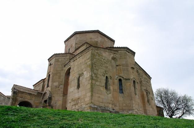 春空の背景に古代修道院ジヴァリ、下からの眺め