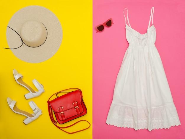 白いサンドレス、ハンドバッグ、白い靴、帽子