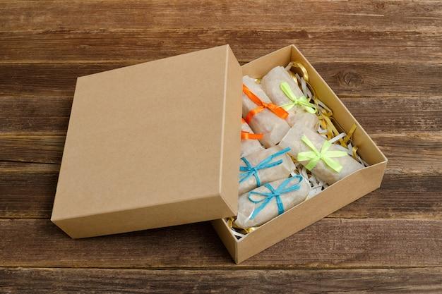 パッケージ化されたお菓子の箱。バー。木製テーブル。テキストのための場所