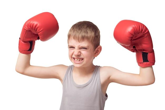 赤いボクシンググローブで怒っている少年。孤立した