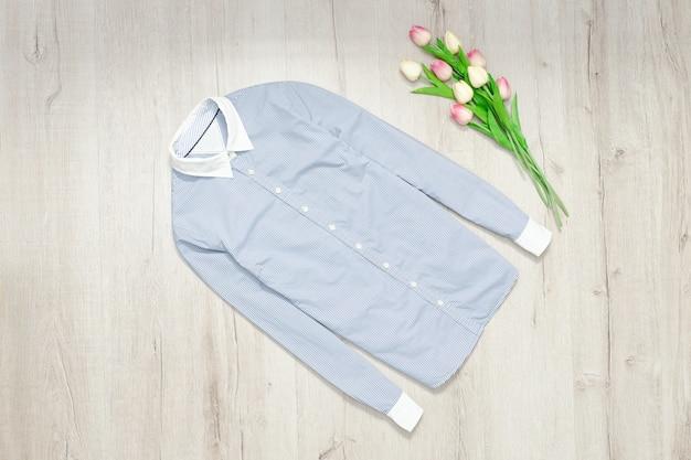 青いストライプのシャツ、チューリップの花束。おしゃれな