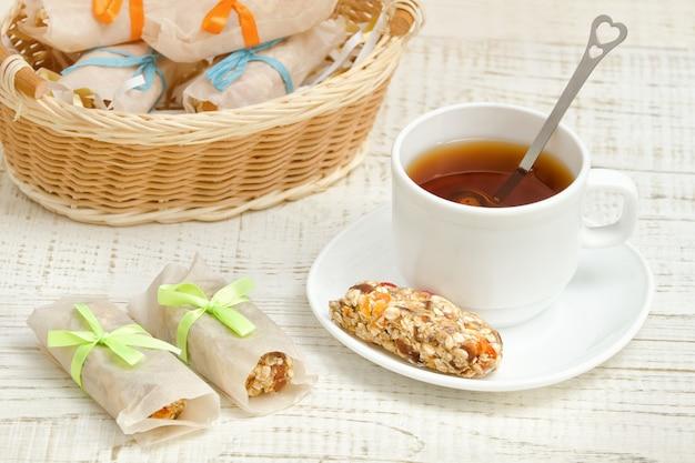お茶とミューズリーのバー。枝編み細工品バスケット