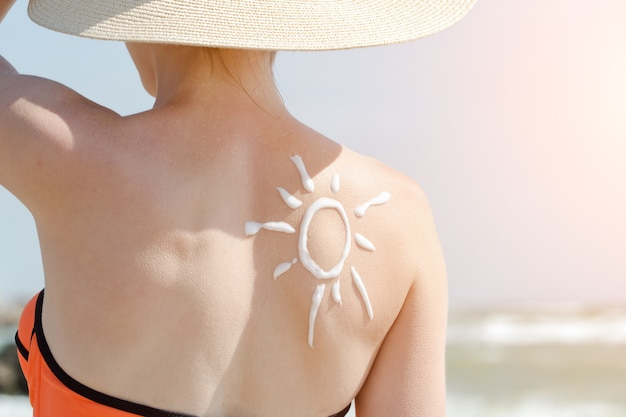 Изображение солнца на спине девушки