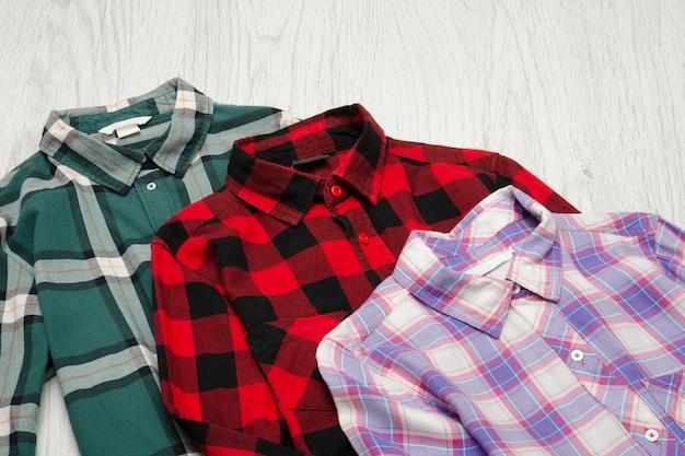 緑、赤、ラベンダーの格子縞のシャツ。おしゃれな