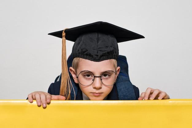 アカデミックハットと大きなメガネの少年の肖像画