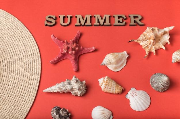 木製の手紙から単語夏。貝殻、帽子の一部と生きたサンゴの背景