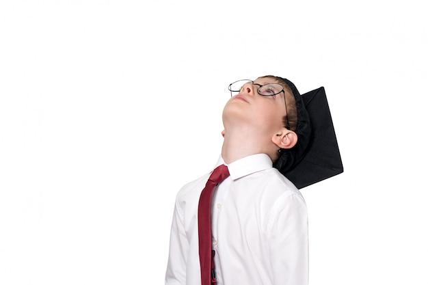 正方形の学術帽子と眼鏡ルックアップの少年