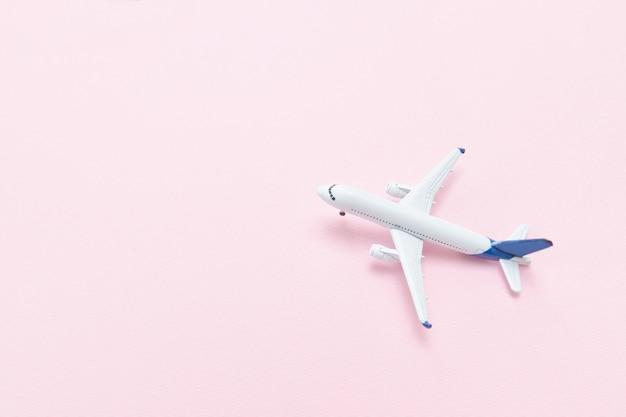 Самолет на розовом фоне