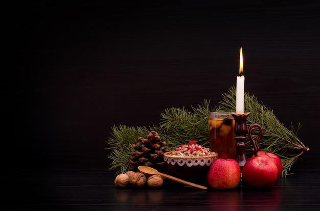 ウクライナ、ベラルーシ、ポーランドの伝統的なクリスマスの甘い食事。黒い背景