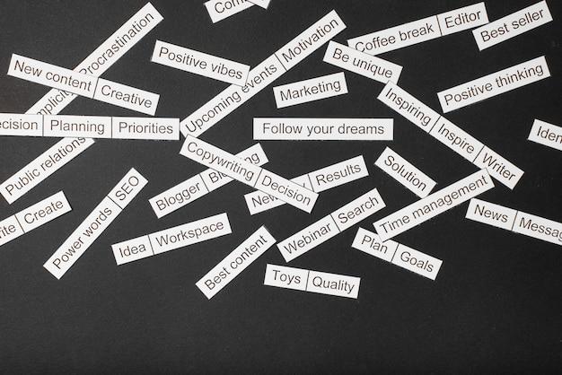 Облако слов бизнес-тем вырезать из бумаги на серой поверхности