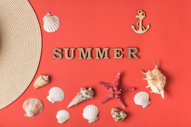 木製の手紙から単語夏。貝殻、アンカー、帽子の一部。サンゴのライブ背景。マリンコンセプト