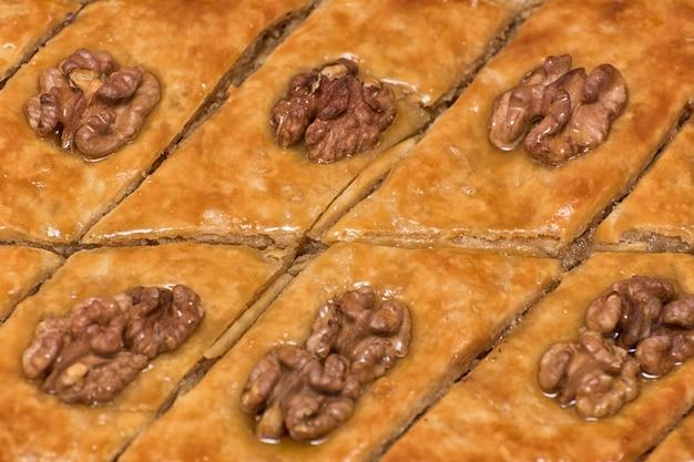 Турецкая пахлава с грецкими орехами. крупный план. традиционный восточный десерт