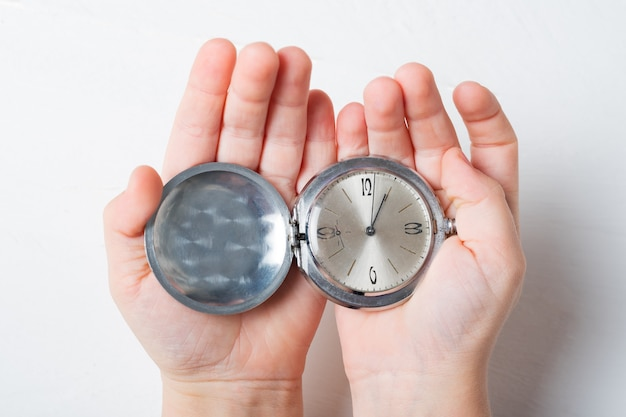 ライトの子供の手のひらにオープンポケット時計