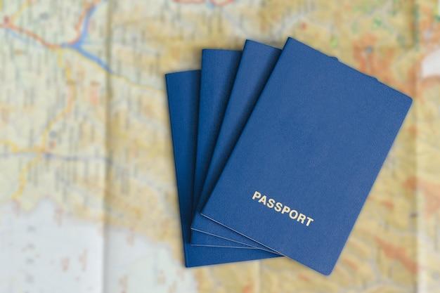 Четыре синих паспорта на карте. концепция путешествия