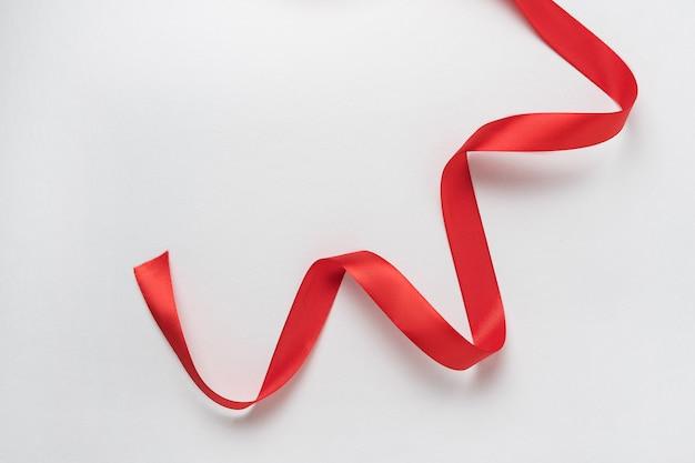 Красная лента на серпантине
