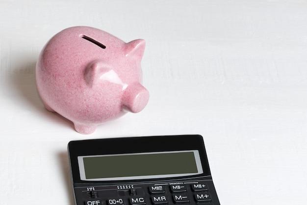 Розовая свинья копилка и калькулятор