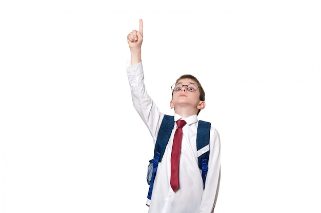 バックパックと丸いメガネの少年は指を上に向けます。学校のコンセプト。分離する