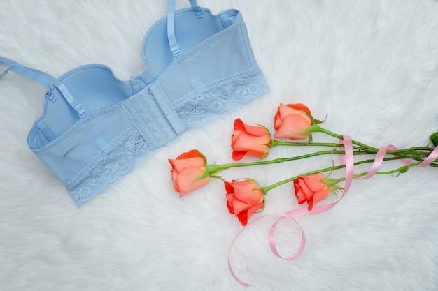Синий лиф с кружевом и оранжевыми розами на белом меху
