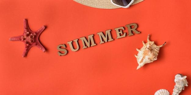 木製の手紙から単語夏。ヒトデ。と貝殻。サンゴのライブ背景。旅行のコンセプト