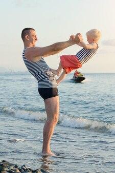 お父さんと息子はビーチで遊んでいます。楽しい娯楽