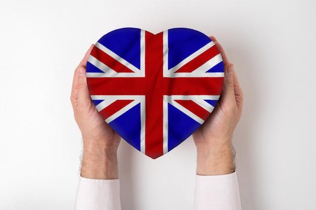 男性の手でハート型のボックスにイギリスの旗。
