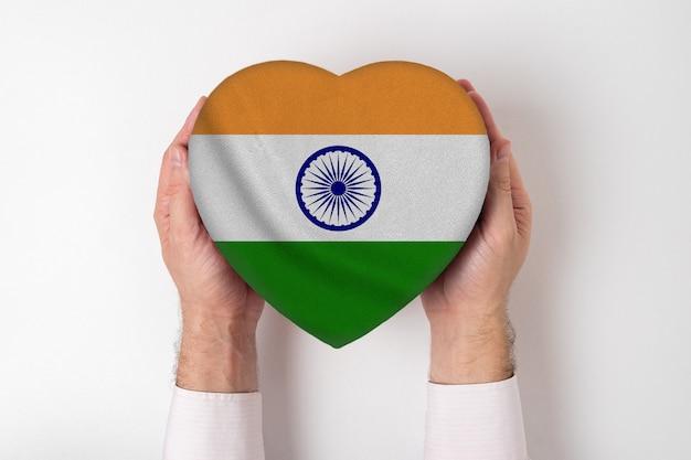 男性の手でハート型ボックスにインドの旗。