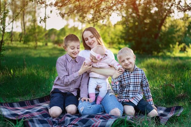 自然の中で幸せな大家族のピクニック