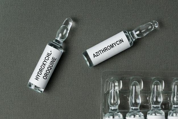 バイアルにグレーのヒドロキシクロロキンとアジスロマイシンでラベルを付ける