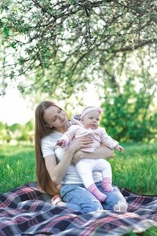 妹を持って女の子。自然の家族のピクニック。兄弟。縦枠