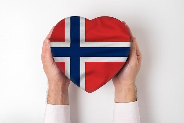 男性の手でハート型ボックスにノルウェーの旗。白色の背景