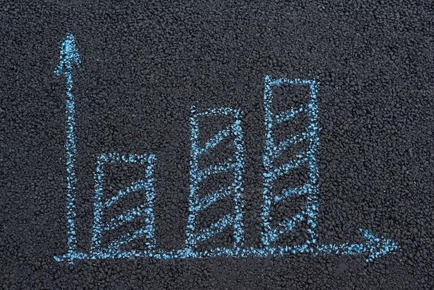 Концепция роста. рисунок мелом на поверхности дороги. черный асфальт