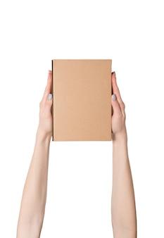 女性の手の中の長方形の箱。上面図。分離する