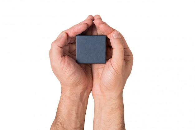 分離された白の男の手で黒い正方形の小さなボックス。上面図