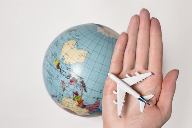 女性の手のひらに乗る旅客機