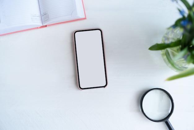白い空白の画面を持つスマートフォン。